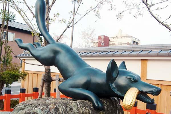 Kitsune con un fascio di riso