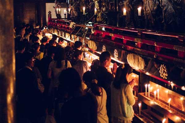 Pellegrinaggio dei mille giorni dentro la sala principale del tempio