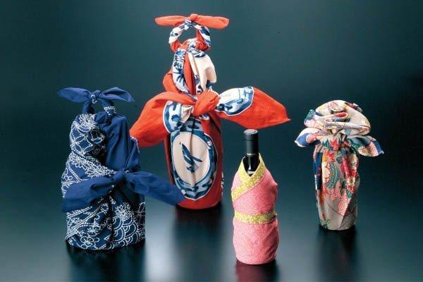 Furoshiki che avvolgono bottiglie
