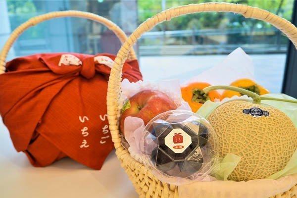 Furoshiki che avvolgono un cesto di frutta