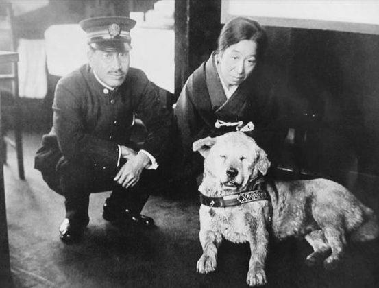 Hachiko con il capostazione di Shibuya