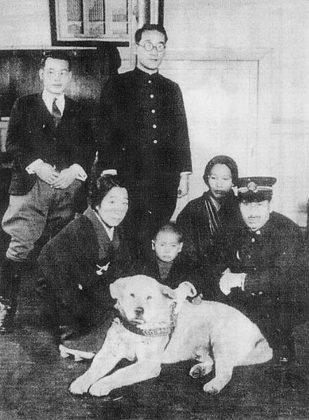 Hachiko con il capostazione e dei fans