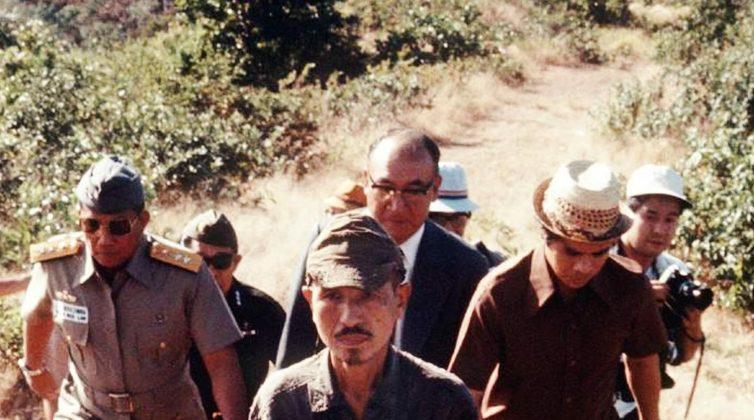 Hiroo Onoda giorno in cui esce dalla giungla con il suo capitano