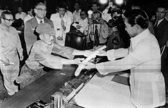 Hiroo Onoda nel giorno della resa nel 1974 consegna la sua spada